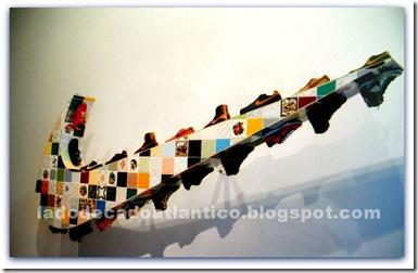 """Imagem da obra de Joana Vasconcelos """"Luso Nike"""" com a logomarca em azulejos e tênis"""