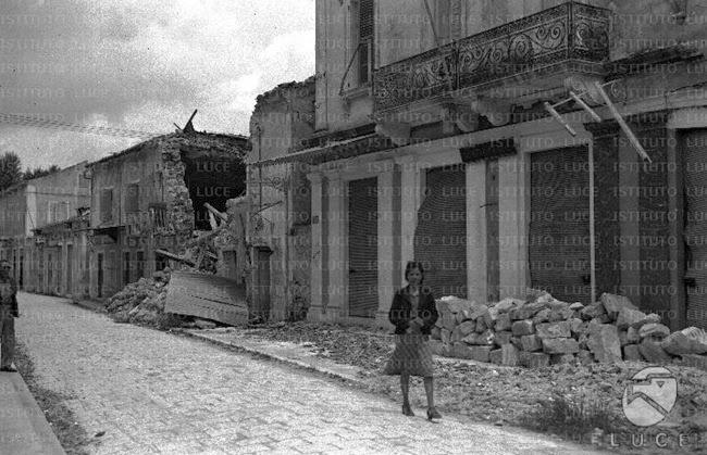 Μια γυναίκα μπροστά στο βομβαρδισμένο Αργοστόλι