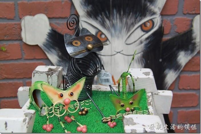 日本北九州-由布院街道。貓咪造型的鐵絲藝術作品。