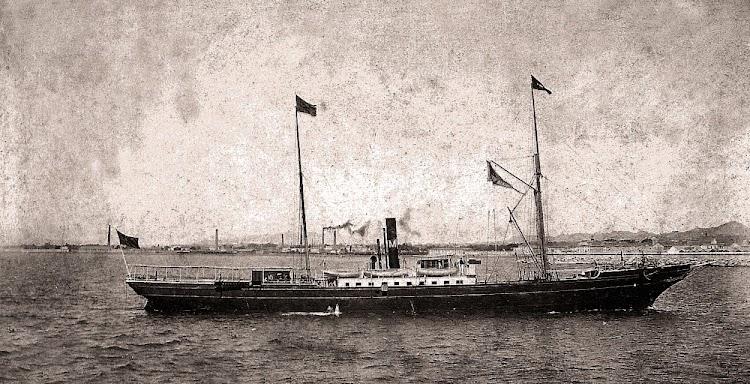 Claramente visible en el gallardete el nombre de PUERTO MAHON, el buque esta fotografiado en lugar y fecha indeterminados. Foto colección Alfonso Buenaventura Pons.jpg