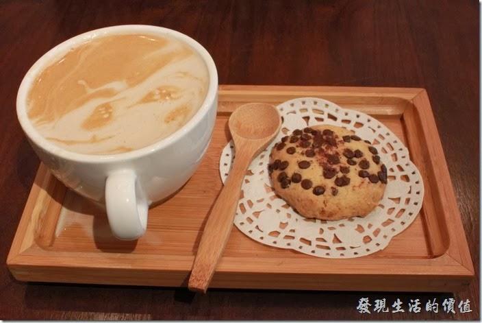 台南-mumu小客廳早午餐。這杯是熱的原味拿鐵,NT$120。還附了一塊巧克力餅乾,我記得這似乎有個專有名稱,但我忘記了。個人感覺拿鐵喝起來比便利超商的還要淡。