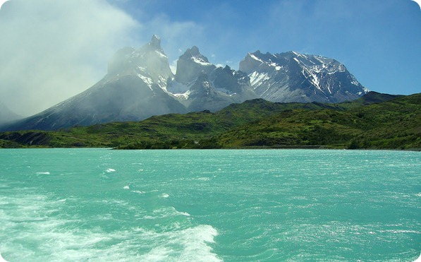 Vista dos Cuernos del Paine durante a travessia do Lago Pehoé