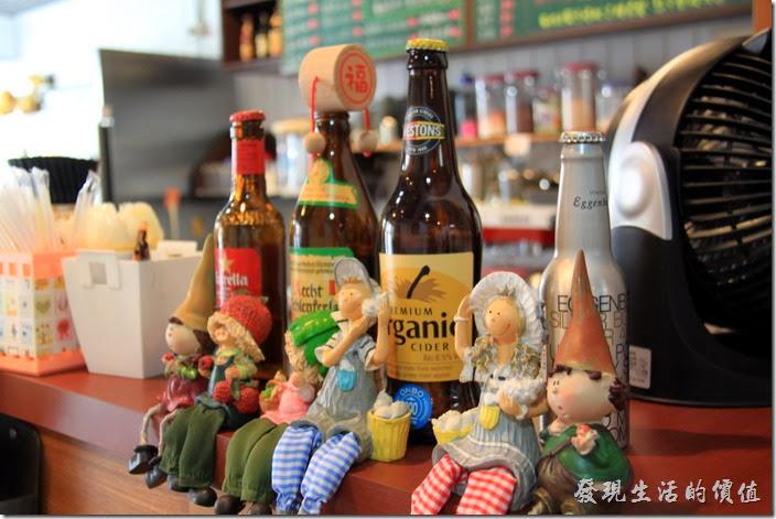 台南的【帕里諾】的櫃台前坐著許多可愛的人偶。