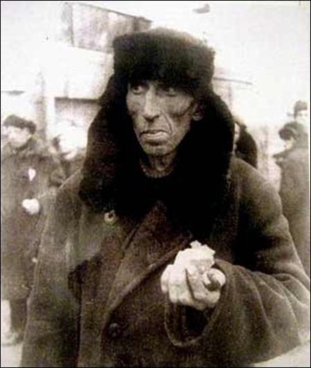 Актёр Сергей Филиппов с суточной нормой хлеба в руке в блокадном Ленинграде