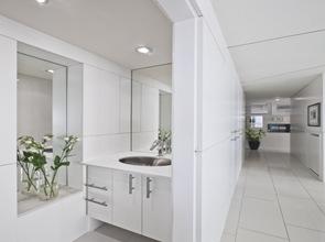 baño-moderno-blanco-griferia-diseño