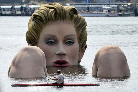Giant_Bathing_Woman-Sculpture-in- Hamburg09