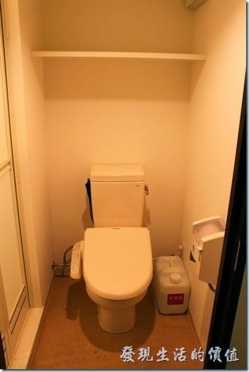 【博多祇園Hotel東名inn】客房內的免治馬桶,廁所的空間真的很小。