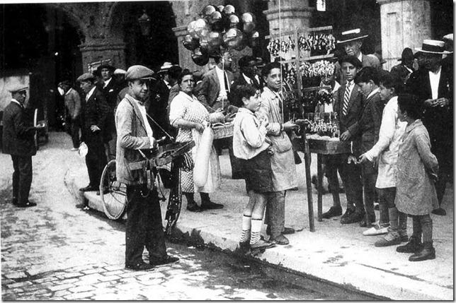 Feriantes en la Plaza Mayor-Cndido Asende-