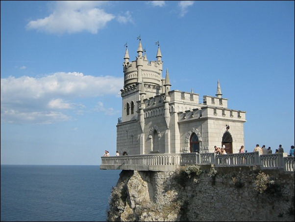 The_Swallow's_Nest_castle_on_the_Aurora_cliffs_of_cape_Ai-Todor_(2005-09-229)