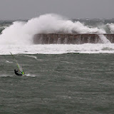 Face aux vagues dans la baie de Saint Jean de Luz, est-ce bien prudent