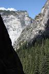 100% granite. La montagne la plus connue de Yosemite (et qu'on ne voit évidemment pas ici) est le Half Dome qui a la forme que son nom suggère et qui est tellement atypique qu'elle est devenue le logo du parc.
