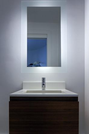 lavabo-minimalista-con-espejo-retroiluminado