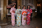 La recepción de los invitados estuvo a cargo de la anfitriona Mónica Parisier, rodeada de recepcionistas vestidas de kimono