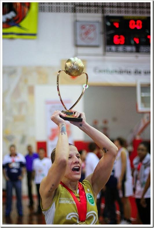 Capitã Karla Costa levanta o troféu do Campeonato Paulista - Foto Zaramelo Jr.