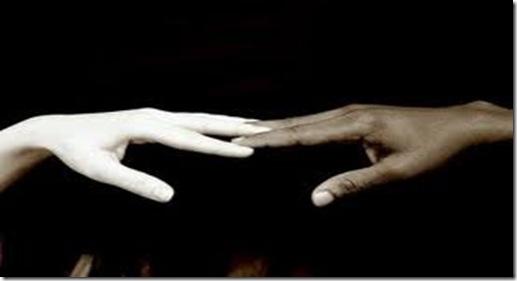 mão branca e mão negra