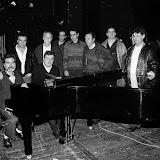 Années 70, sur la scéne du théâtre de Bayonne, Eñaut la main posée sur l'épaule d'un autre grand chanteur Xabier Lete