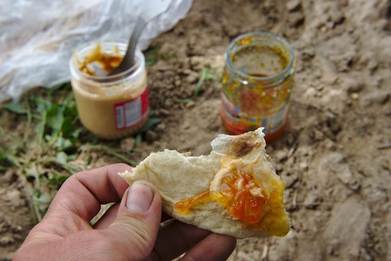 Delicii iraniene, unt de arahide cu gem de morcovi si nan.