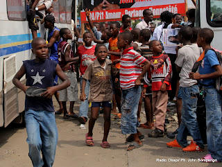 Des enfants le 20/11/2011  Kinshasa, lors de la campagne lectorale dun candidat aux lections de 2011 en RDC. Radio Okapi/ Ph. John Bompengo