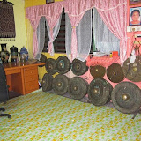 写真10: タタウの村の村長家が所有する銅鑼の数々 / Photo10: The gongs belong to the family of village headman at Tatau