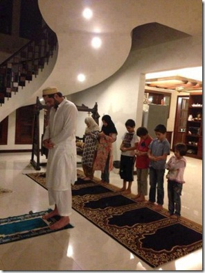 muslim_family_praying_salat