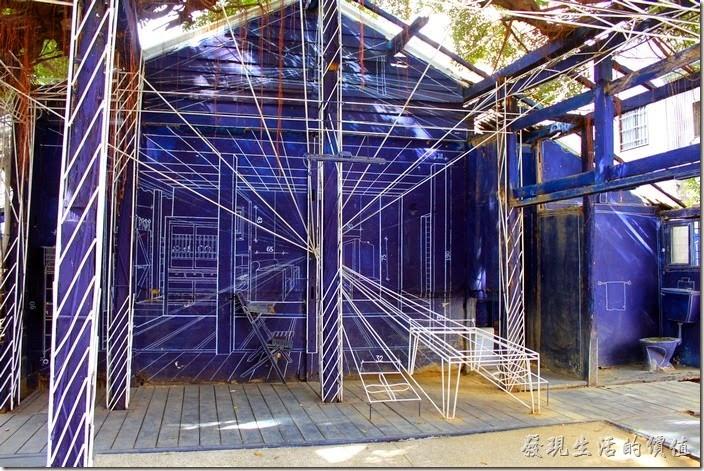台南-西門路上司法宿舍群的藍晒圖2.0。除了畫出來的白色線條之外,也使用鐵條做出立體的白色劃線,相要讓自己融入晒圖其間真的得小心虛虛實實的線條。