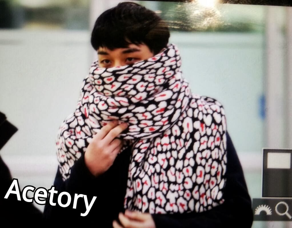 Big Bang - Gimpo Airport - 18nov2013 - Seung Ri - Fan - Acetory - 01.jpg