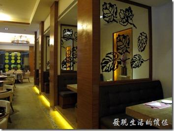 惠州-康帝國際酒店。早餐用餐的餐廳,比較特別的是這裡的椅子椅背全部都用了鑄鐵刻劃出樹葉的圖案,這可能有一定的含意。