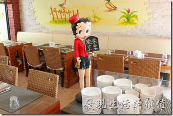 台南新營-華味香鴨肉羹。餐廳內有多個卡通造型的女侍,但我忘記其名字了。