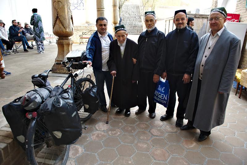 Cu batranii din valea Fergana. Ca o paranteza batranii sunt extrem de importanti si de respectati in Uzbekistan.