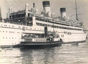 El CAID junto a un gran liner italiano. De la pagina web de M.H. Bland.JPG