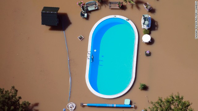 Floodwaters from the Elbe River inundate a yard with a swimming pool near Magdeburg, Germany, on Monday, 10 June 2013. Photo: Thomas Peter /  Reuters / Landov