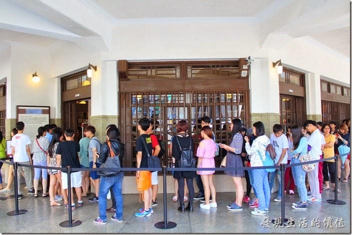 台南-林百貨重新開幕。看看這排隊的人潮,平均等待時間大蓋10~20分鐘。