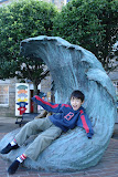 Kai on the wave statue on Thames St