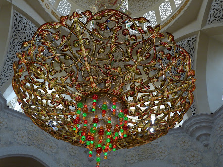 Obiective turistice Abu Dhabi: candelabru moschee