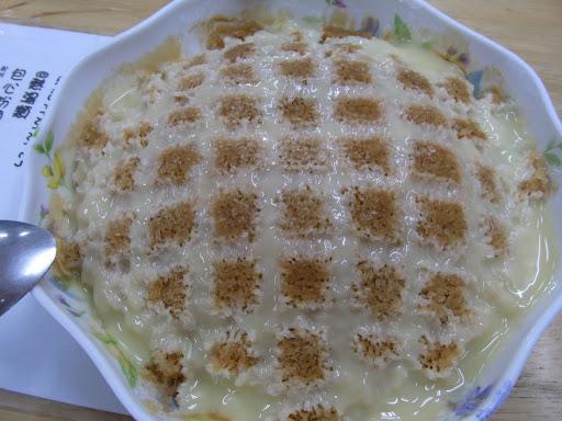 花蓮につきました。名物氷を食べます。?一番上は練乳、絡めるソース、氷の下には豆花、仙草ゼリーと、団子。