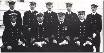 capitán Smith sentado segundo por la derecha