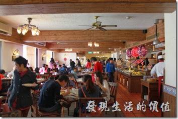 花蓮-理想大地渡假村-里拉西餐廳的一樓陽光比較少,所以顯得比較昏暗,裝潢上與二樓相去不遠。