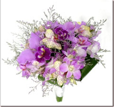 Buquê de orquídeas: catléias, dendrobiuns, denfales, phaleonopsis e lavandas. Com entrelaçado de cetim