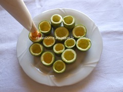lcdr mousse di ceci e dadini di peperoni in cono di carta da forno, cilindri di zucchine svuotate