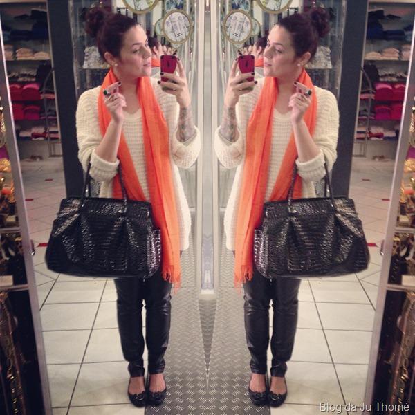 look maxi tricot, calça de couro e cachecol laranja (1)
