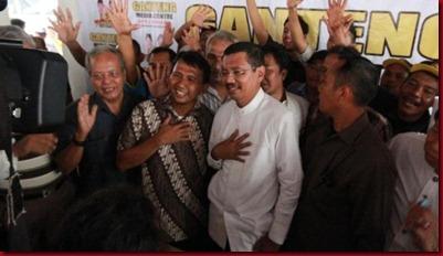 Pasangan cagub Gatot Pujo Nugroho dan Tengku Erry merayakan kemenangan