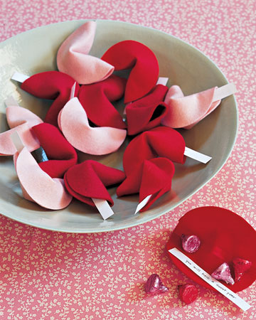 these felt fortune cookies are adorable-these would be perfect for my next Valentine's day party.
