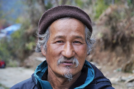 Trekking in Himalaya: Portret de nepalez