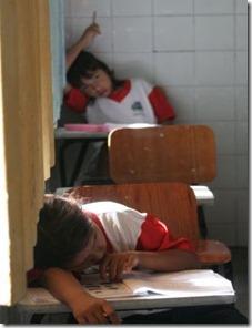 imagem crianças em sala de aula