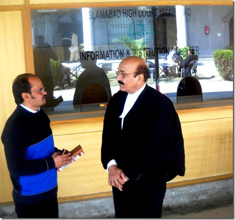 Shamim talking to Rimsha's lawyer Abdul Hameed Rana in Islamabad High Court (IHC)