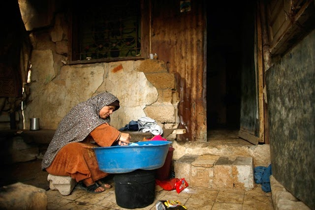 gaza-living-ruins woman