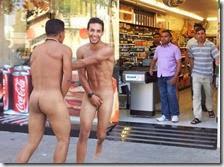 Turisti italiani nudi a Barcellona