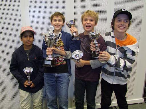 Med godt tak i herligheten! Norges desidert beste Ungdomslag i NM 2011: OSSU Gutta. Ubeseiret gjennom 6 runder. Gratulerer til Armin, Samuel, Ulrik og Eskild!