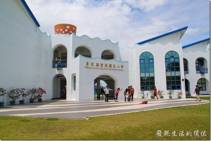 台東豐源國小-地中海造型學校。學校正門的教學大樓,其實全校也就只有這棟大樓。
