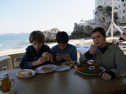 Lunsj på strandcafé med Hotel Caleta i bakgrunnen. Samuel prøver en typisk engelsk publunsj - og er noe usikker på Englands bidrag til den kulinariske verdensarven......